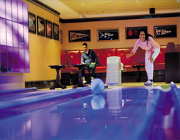Norwegian Cruise Line - Epic family bowling