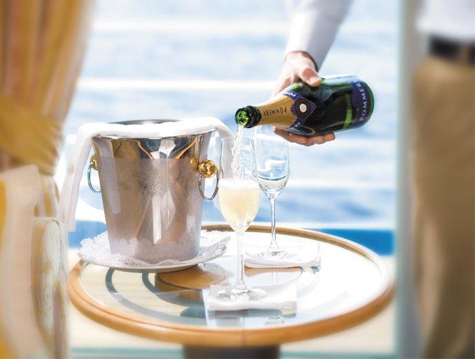Servicio de bebidas en la suite y en todo el barco